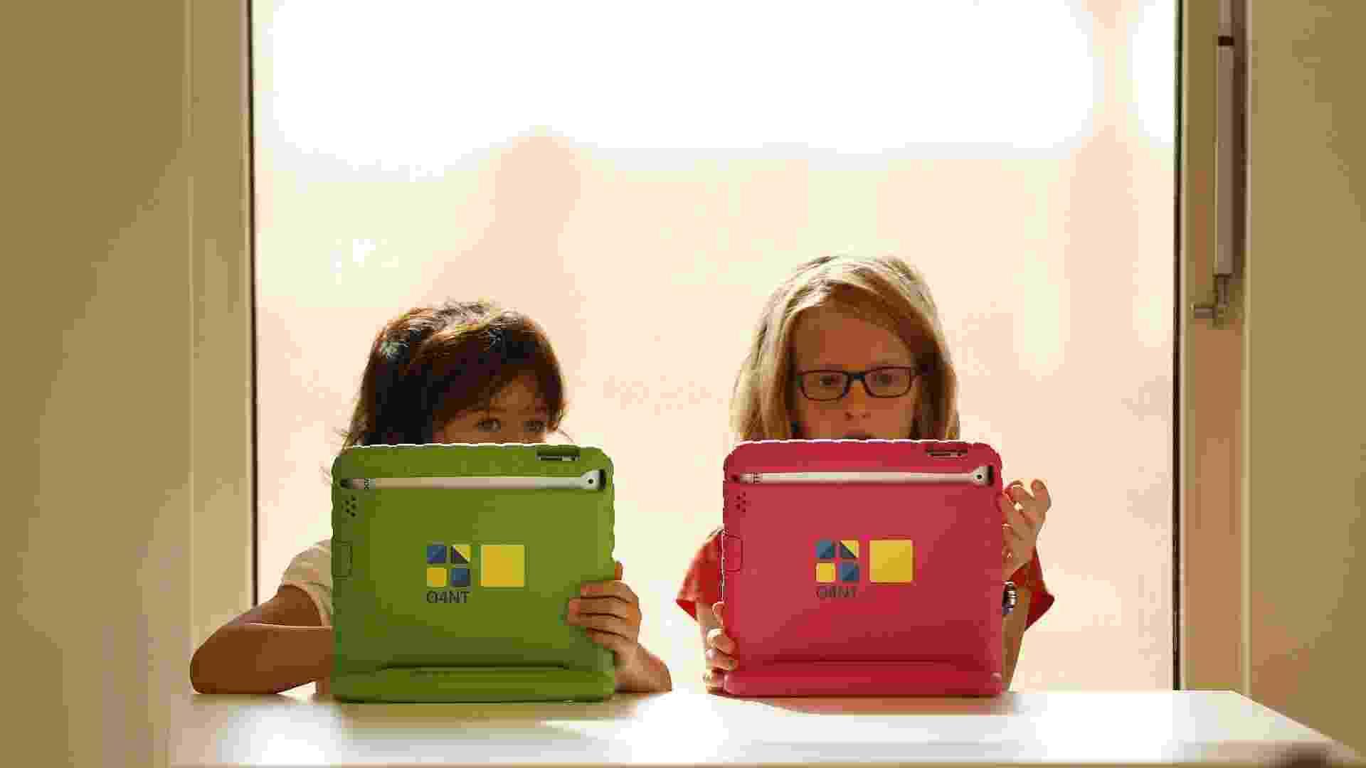 21.ago.2013 - Alunos utilizam tablets no primeiro dia de aula da primeira unidade do Colégio Steve Jobs, em Sneek, no norte da Holanda, nesta quarta-feira (21). Na escola, criada pela organização O4NT (Educação dos Novos Tempos), dispositivos como o iPad desenvolvem importante papel no aprendizado e são usados como forma de garantir uma maior experiência interativa - Catrinus Van Der Veen/EFE