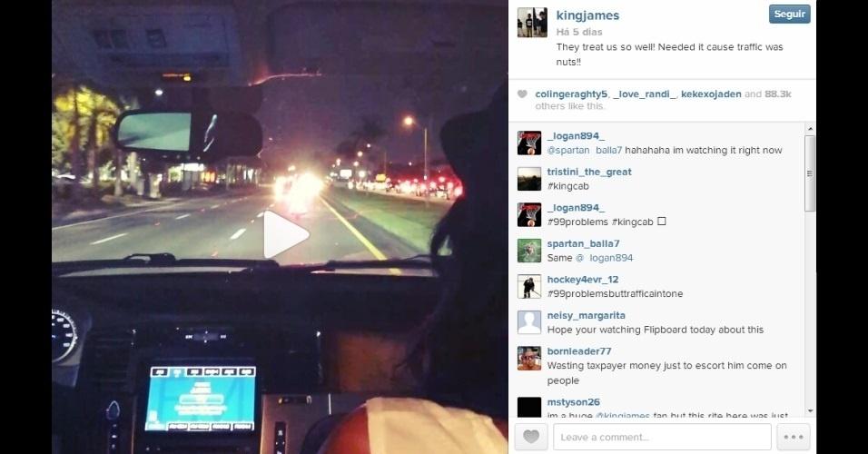 21.ago.2013 - O jogador e estrela do basquete americano LeBron James pediu uma ajudinha aos policiais de Miami, EUA, para não se atrasar para um show dos cantores Jay-Z e Justin Timberlake. Como o trânsito estava congestionado, os policiais da cidade escoltaram o atleta pela contramão da rua. James postou um vídeo na rede social Instagram mostrando a escolta. A repercussão foi tão negativa que a entidade publicou um comunicado oficial dizendo que a atitude foi totalmente contra o regulamento do órgão