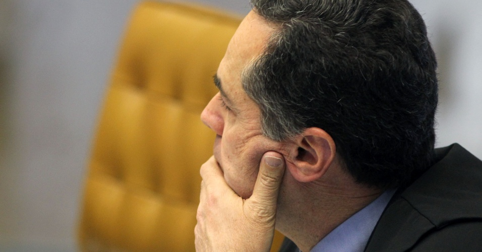 21.ago.2013 - O ministro do STF (Supremo Tribunal Federal) Luís Roberto Barroso atenta aos pronunciamentos dos demais magistrados durante sessão do julgamento dos embargos declaratórios da Ação Penal 470, conhecida como mensalão, nesta quarta-feira (21)