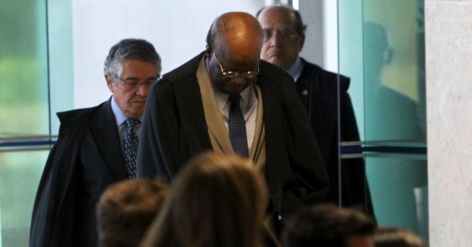 21.ago.2013 - O ministro Joaquim Barbosa, presidente do STF (Supremo Tribunal Federal), chega à sessão do julgamento dos embargos declaratórios da Ação Penal 470, conhecida como mensalão