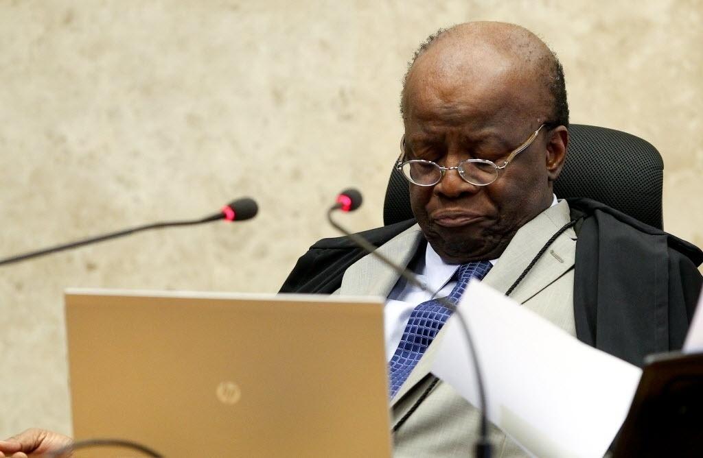 21.ago.2013 - O ministro Joaquim Barbosa, presidente do STF (Supremo Tribunal Federal) evitou pedir desculpas ao ministro Ricardo Lewandowski na abertura da sessão desta quarta-feira (21) do julgamento do mensalão. Os dois ministros haviam trocado rusgas em sessão da semana passada.