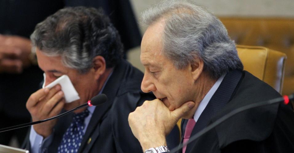 21.ago.2013 - Os ministros do STF (Supremo Tribunal Federal) Marco Aurelio Mello e Ricardo Lewandowski atentos aos pronunciamentos no início da sessão desta quarta-feira (21) do julgamento dos embargos declaratórios da Ação Penal 470, conhecida como mensalão