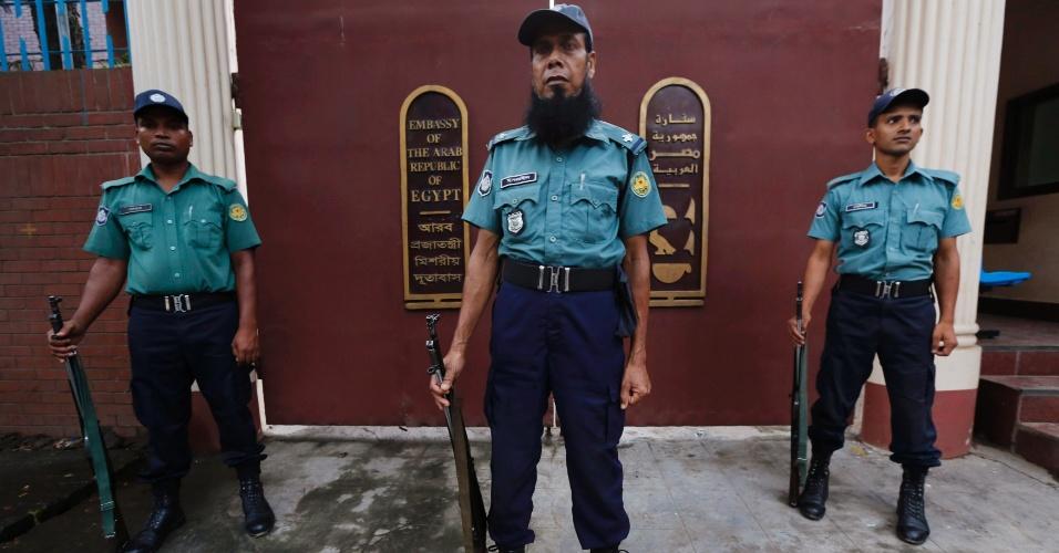 21.ago.2013 - Policiais montam guarda em frente ao portão da embaixada egípcia em Gulshan, em Dhaka, Bangladesh. O órgão diplomático suspendeu suas atividades até o final do mês, nesta quarta-feira (21), após receber ameaças de bomba, em protesto contra a morte de apoiadores da Irmandade Muçulmana, no Cairo