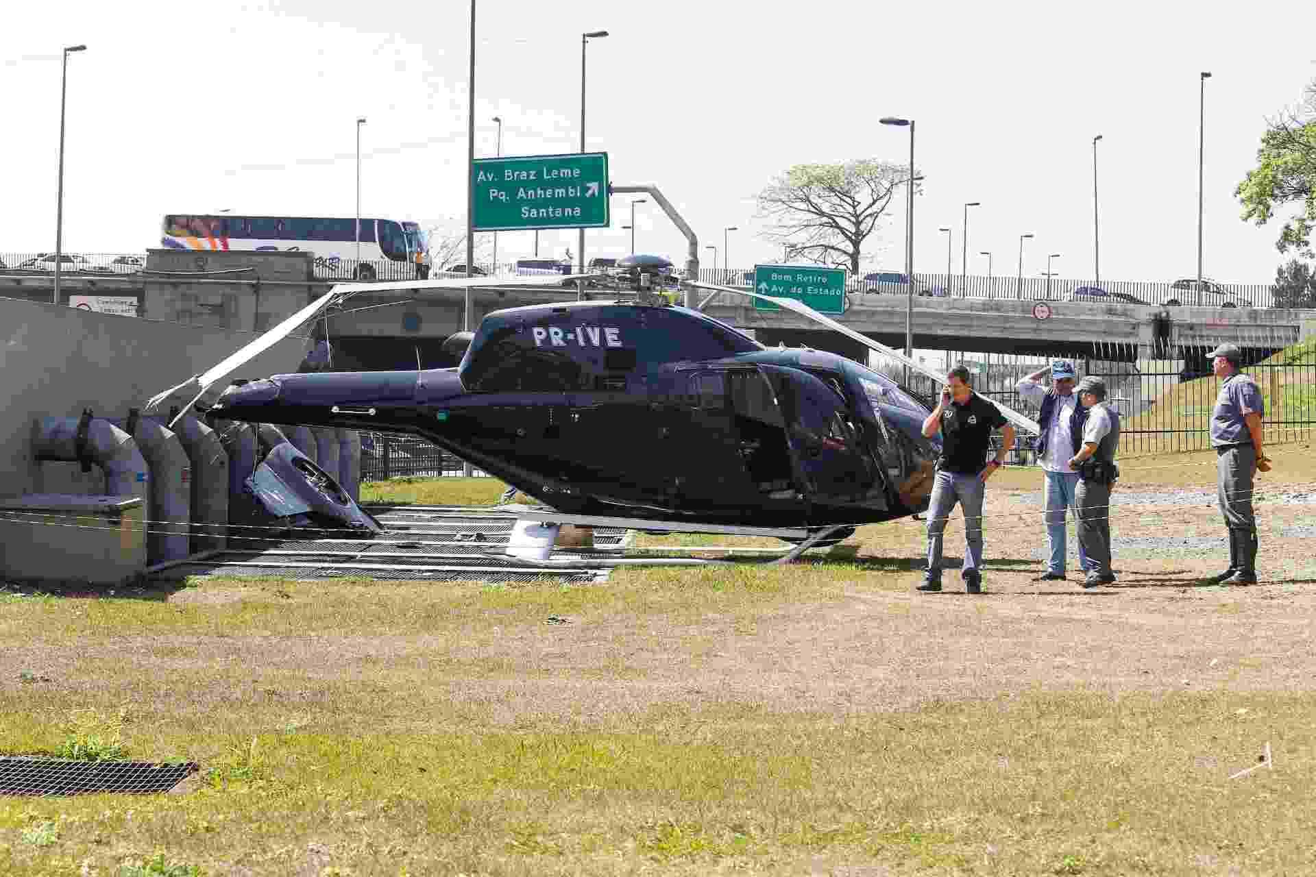 21.ago.2013 - Um helicóptero fez um pouso de emergência às 10h40 desta quarta-feira (21) em um canteiro da marginal Tietê, próximo à ponte da Casa Verde, na zona norte de São Paulo - Leandro Martins/Futura Press