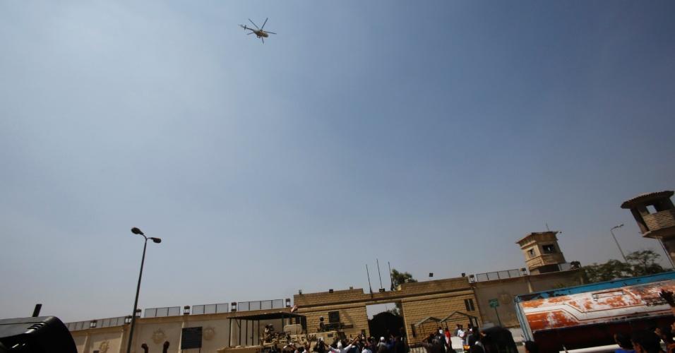 22.ago.13 - Ex-presidente do Egito Hosni Mubarak deixa de helicóptero prisão no Egito nesta quinta-feira (22). Ele foi removido para um hospital próximo após decisão judicial ordenar a sua libertação da prisão