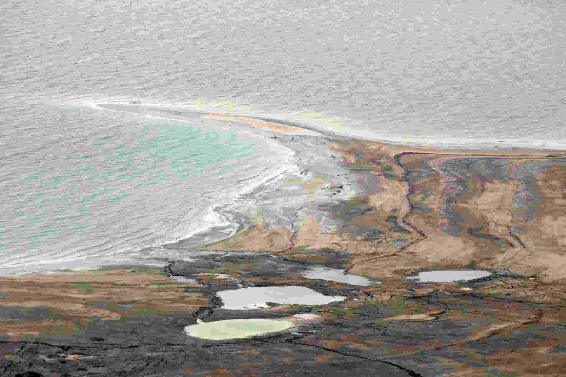 22.ago.2013 - Abdullah Nsur, premiê da Jordânia, anunciou nesta semana o começo da primeira fase do ambicioso plano para transportar a água do Mar Vermelho para o Mar Morto, que encolhe mais de um metro por ano e corre risco de secar completamente antes de 2050. O projeto tem custo de US$ 1 bilhão e levara ao país desértico cerca de 100 milhões de metros cúbicos de água dessalinizada por ano - Jack Guez/AFP