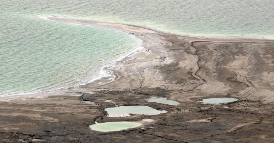 22.ago.2013 - Abdullah Nsur, premiê da Jordânia, anunciou nesta semana o começo da primeira fase do ambicioso plano para transportar a água do Mar Vermelho para o Mar Morto, que encolhe mais de um metro por ano e corre risco de secar completamente antes de 2050. O projeto tem custo de US$ 1 bilhão e levara ao país desértico cerca de 100 milhões de metros cúbicos de água dessalinizada por ano