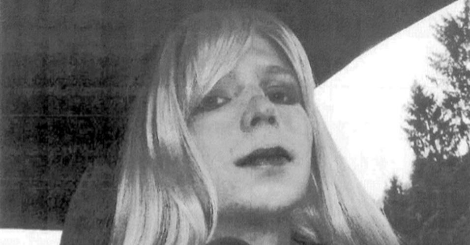 22.ago.2013 - Imagem sem data, fornecida pelo Exército dos EUA, do soldado Bradley Manning, usando batom e peruca. Condenado a 35 anos de prisão por vazar documentos confidenciais do Exército ao site Wikileaks, o militar disse nesta quinta-feira (22) que é uma mulher, pediu para ser chamado de Chelsea e disse que pretende começar um tratamento hormonal