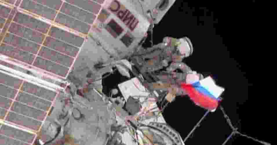 22.ago.2013 - Os cosmonautas russos Aleksandr Misurkin e Fyodor Yurchikhin concluíram em menos de seis horas a segunda caminhada espacial do mês para desmontar equipamentos científicos instalados na parte externa do módulo russo Zvezda da Estação Espacial Internacional (ISS, na sigla em inglês). A tripulação está preparando a plataforma para a chegada do Módulo do Laboratório Multifuncional - Nasa TV