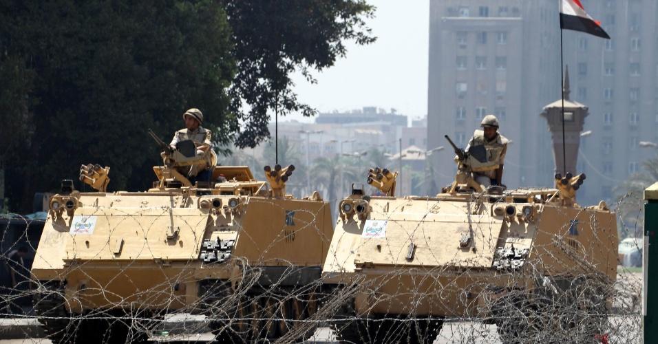 23.ago.13 - Soldados egípcios montam guarda com veículos blindados na entrada da praça Tahrir, no Cairo, nesta sexta-feira (23). O local é utilizado por manifestantes que protestam contra a queda do presidente eleito Mohamed Mursi