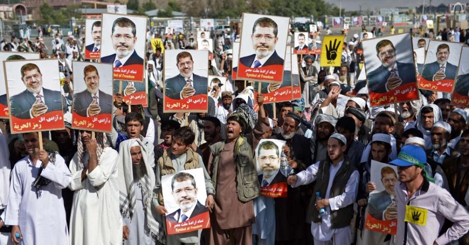 23.ago.2013 - Afegãos participam de uma manifestação em apoio ao presidente egípcio deposto Mohamed Mursi, em Kabul, no Afeganistão, nesta sexta-feira (23). Cerca de 2.500 manifestantes participaram do ato, logo após as orações de sexta-feira