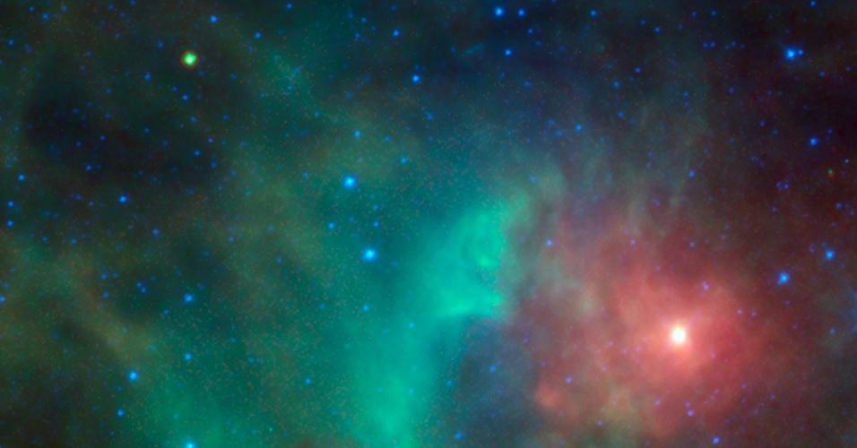 """23.ago.2013 - Astrônomos captaram um """"asteroide perigoso"""" cruzando uma densa nuvem de gás e poeira na região da Nebulosa de Orion, a 1.500 anos-luz de distância. Segundo a Nasa (Agência Espacial Norte-Americana), o '1998 KN3' é classificado assim por ser um dos dez mil objetos do Sistema Solar com trajetórias próximas à Terra, os chamados NEOs - ele é visto como um ponto verde-amarelado no canto superior à esquerda. Os dados infravermelhos do Wise indicam que o asteroide tem 11 quilômetro de diâmetro e é bastante escuro, pois reflete apenas 7% da luz vísivel que toca sua superfície"""