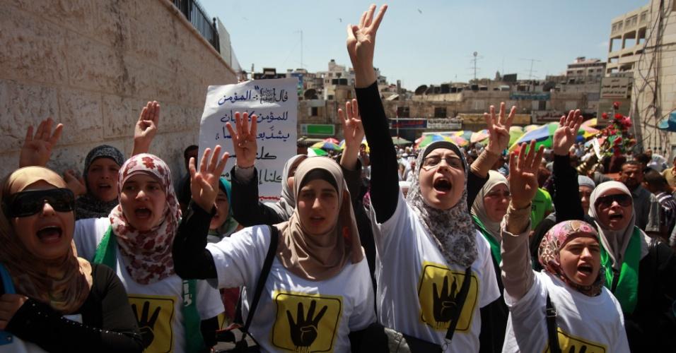 23.ago.2013 - Manifestantes palestinos gritam palavras de ordem durante protesto em apoio à Irmandade Muçulmana no Egito, após as orações de sexta-feira, na cidade de Ramallah, na Cisjordânia, nesta sexta-feira (23)