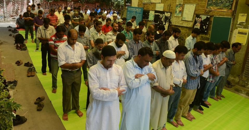 23.ago.2013 - Muçulmanos da Caxemira fazem orações fúnebres para os mortos no Egito e na Síria, do lado de fora de uma mesquita em Srinagar, nesta sexta-feira (23)