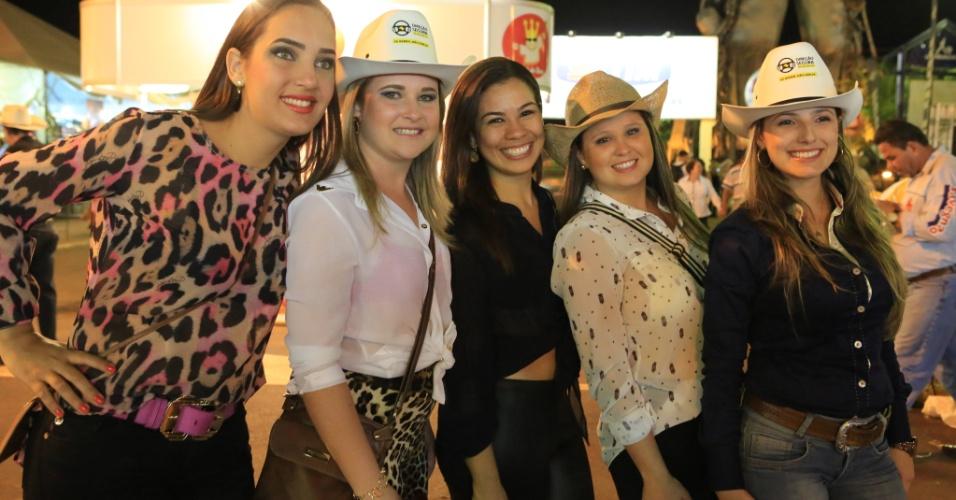 23.ago.2013 - Mulheres posam para foto em noite de provas e shows, nesta sexta-feira (23), na 58ª edição da Festa do Peão de Barretos