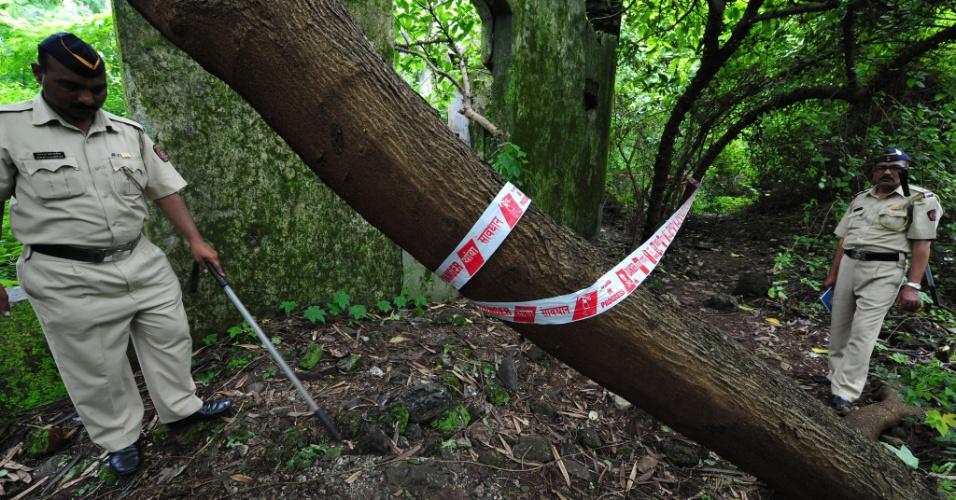 23.ago.2013 - Policiais indianos inspecionam local onde uma jovem de 22 anos foi vítima de estupro coletivo, em Mumbai, nesta sexta-feira (23). A fotojornalista foi atacada por um grupo de homens, enquanto seu parceiro foi amarrado a uma árvore e espancado, segundo a polícia
