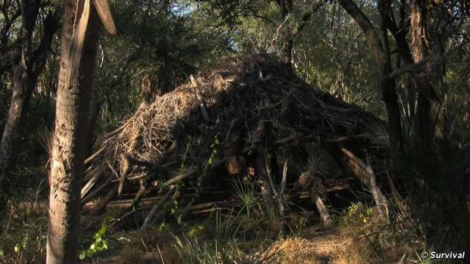 23.ago.2013 - Registro de cabana abandonada pelo povo Ayoreo, do Paraguai