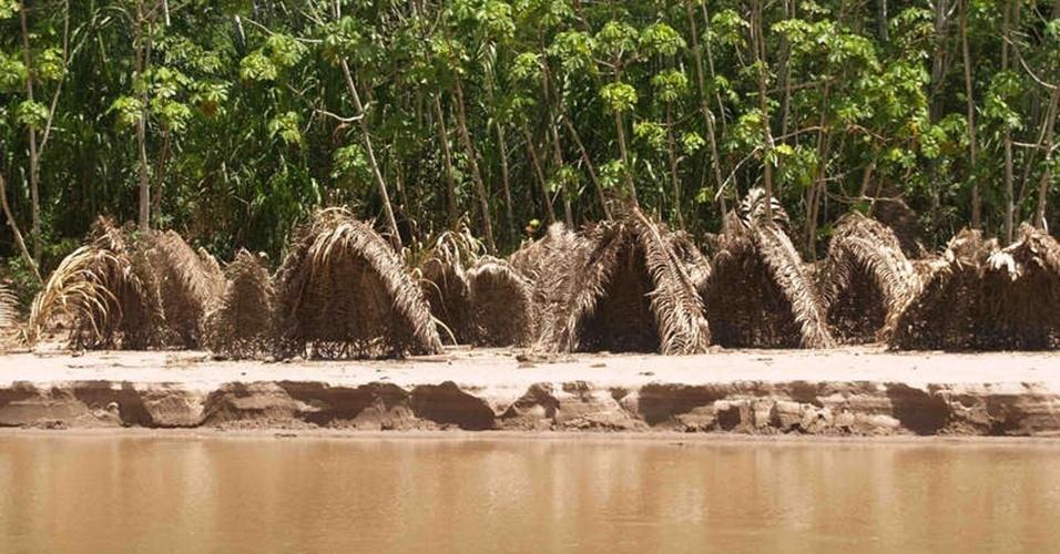 23.ago.2013 - Cabanas foram construídas por povos tribais isolados às margens do rio Curanja, no Sudeste do Peru