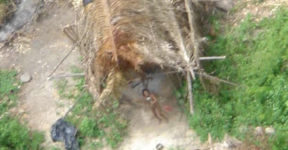 23.ago.2013 - Mulher da etnia Jururei dorme próxima à cabana no território Urueu Wau Wau, em Rondônia, em registro de 2005. A existência da pequena tribo é ameaçada pelo desmatamento da floresta amazônica e pelos conflitos com madeireiros ilegais da região remota