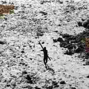 23.ago.2013 - O povo Sentinelese evita o contato com não-indígenas, atacando aqueles que tentam se aproximar, como mostra esse registro feito após o tsunami de 2004. A tribo é considerada a mais isolada do mundo, já que vive há mais de 60 mil anos em pequena ilha, a Sentinela do Norte, situada no arquipélago de Andamã e Nicobar, no oceano Índico, entre a Índia e a Indonésia, calcula a ONG Survival, uma organização britânica que luta pelos direitos indígenas - Survival