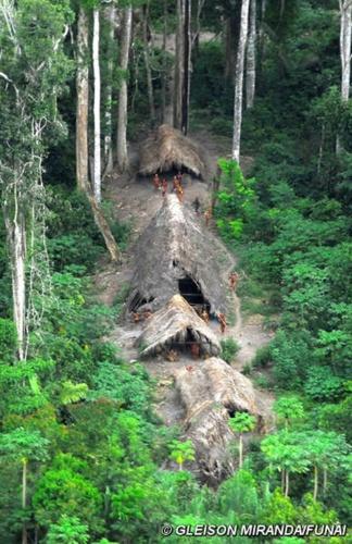 23.ago.2013 - Pesquisa aérea da Funai (Fundação Nacional do Índio) fotografa índios isolados no meio da floresta amazônia, perto da fronteira com o Peru, em maio de 2008