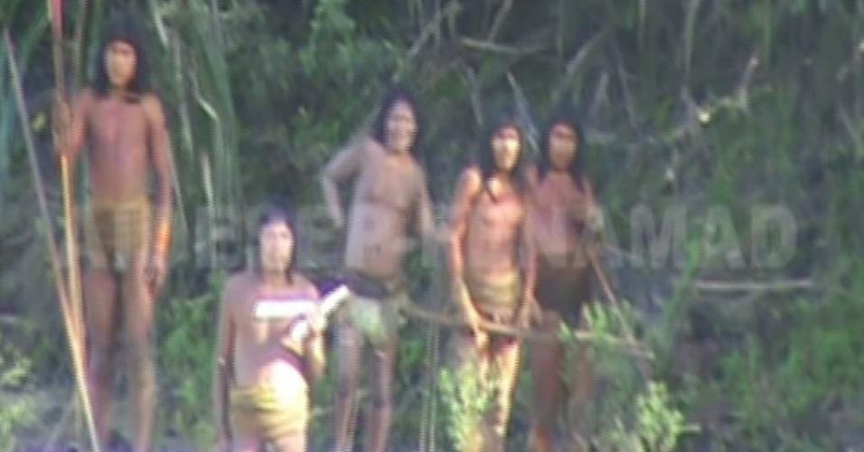 23.ago.2013 - Membros da tribo Mascho-Piro tentaram atravessar o rio Las Piedras, na região de Tambopata, no Peru, para pedir comida e cordas em junho passado - o vídeo só foi divulgado em agosto. Como vivem isolados, eles foram desencorajados a chegar do outro lado da margem por guardas que monitoram a região da Amazônia peruana próxima à Bolívia. Caso contrário, os índios poderiam ser contaminados por doenças