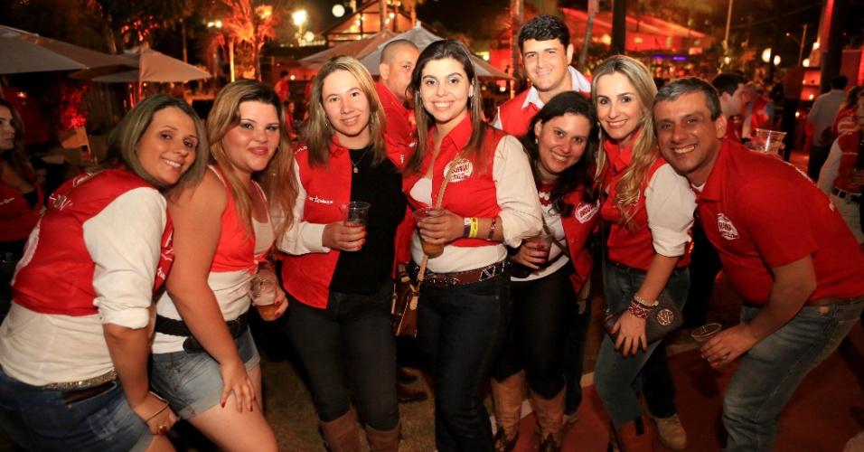 23.ago.2013 - Visitantes da 58ª edição da Festa do Peão de Barretos aproveitam a noite no camarote de uma cervejaria, durante noite de provas e shows