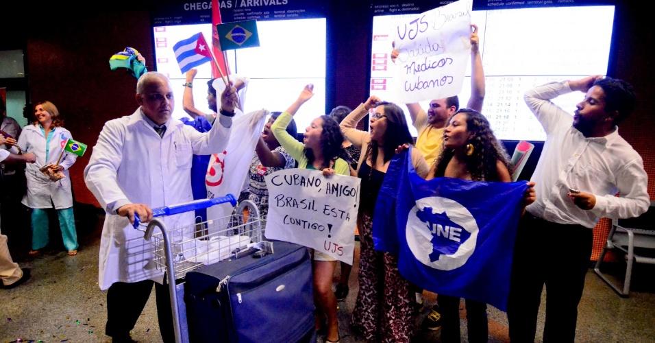 24.ago.13 - Médicos cubanos são recebidos por pessoas favoráveis ao programa Mais Médicos.