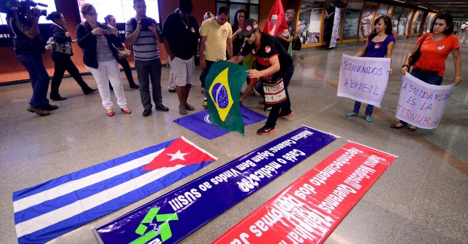 24.ago.2013 - Bandeiras do Brasil e de Cuba são colocadas na área de desembarque do Aeroporto Interncaional de Brasília. Centenas de médicos cubanos chegaram neste sábado ao país para trabalharem no programa Mais Médicos