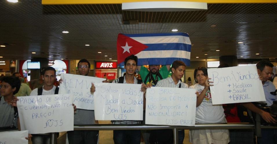 24.ago.2013 - Jovens aguardam desembarque de médicos cubanos no Aeroporto Internacional de Recife, em Pernambuco, na tarde deste sábado