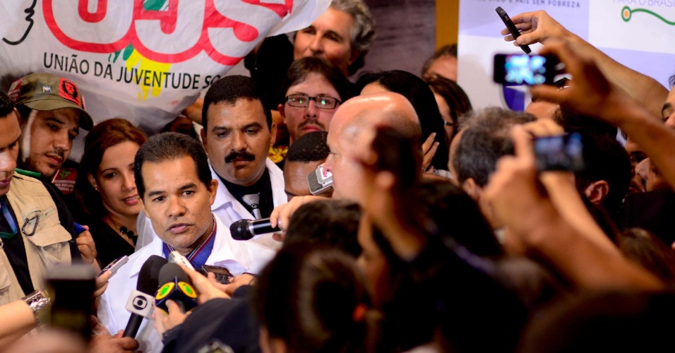 24.ago.2013 - Médico cubano dá entrevista a jornalistas durante desembarque no Aeroporto Internacional de Brasília, neste sábado. Centenas de médicos chegaram ao país para trabalharem no programa Mais Médicos