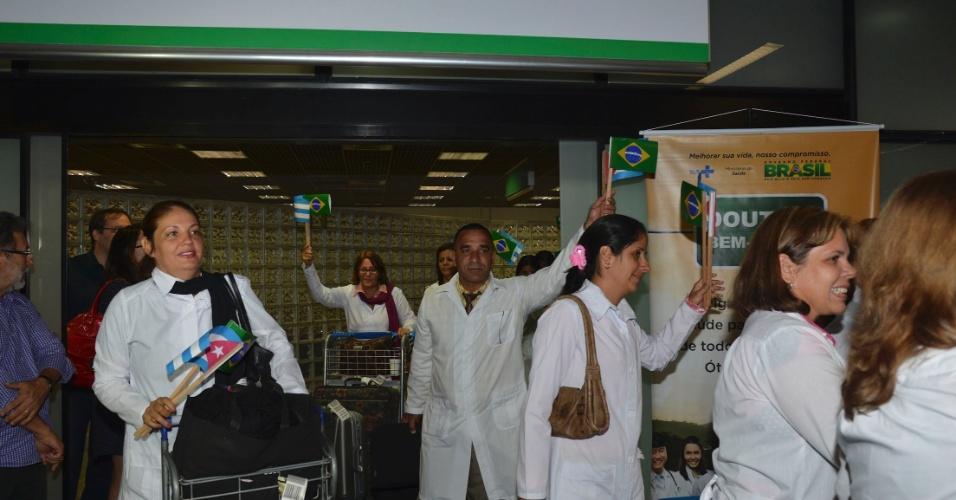 24.ago.2013 - Médicos cubanos desembarcam no Aeroporto Internacional de Brasília. Eles chegaram neste sábado ao país para trabalharem no programa Mais Médicos