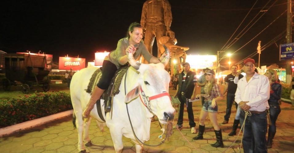 24.ago.2013 - Mulher monta em touro durante a Festa do Peão de Barretos (SP)