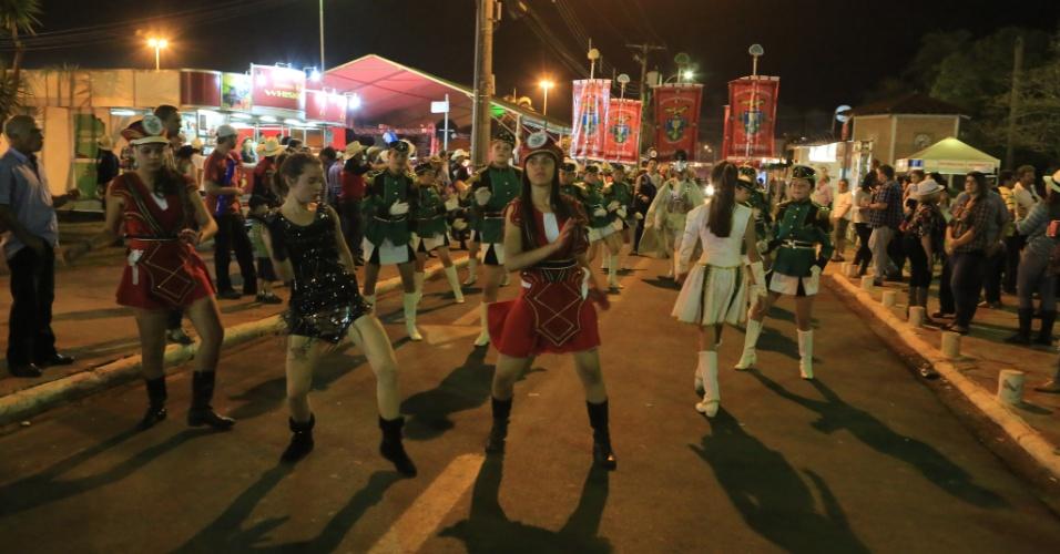 24.ago.2013 - Mulheres dançam nas ruas de Barretos durante a Festa do Peão