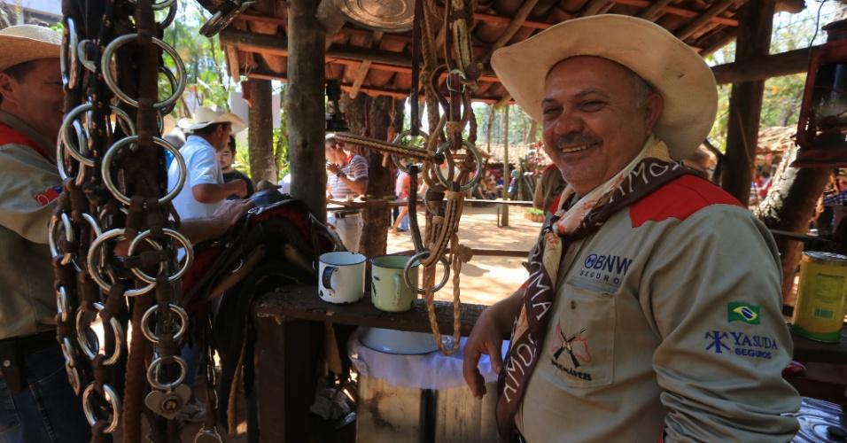 24.ago.2013 - Participante aproveita os últimos dias da Festa do Peão de Barretos (SP) em evento culinário tradicional conhecido como Queima do Alho