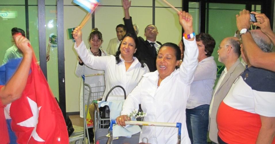 25.ago.2013 - Cinquenta médicos cubanos selecionados pelo programa do governo federal Mais Médicos desembarcaram no Aeroporto Internacional Luís Eduardo Magalhães, em Salvador