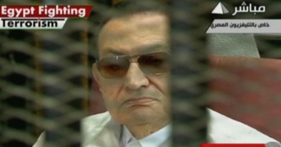 25.ago.2013 - Em imagem da TV estatal egípcia, o ex-ditador do país Hosni Mubarak aparece dentro de uma cela durante julgamento