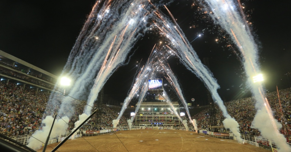 25.ago.2013 - Festa do Peão de Barretos tem show com fogos de artifício
