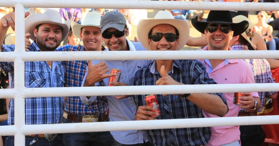 25.ago.2013 - Homens curtem rodeio no interior de São Paulo