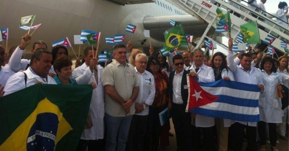 25.ago.2013 - Mais um grupo de médicos cubanos desembarcou no início da tarde de domingo (25) no aeroporto de Fortaleza, no Ceará. Eles vão atuar nas cidades que não atraírem profissionais inscritos individualmente no Programa Mais Médicos