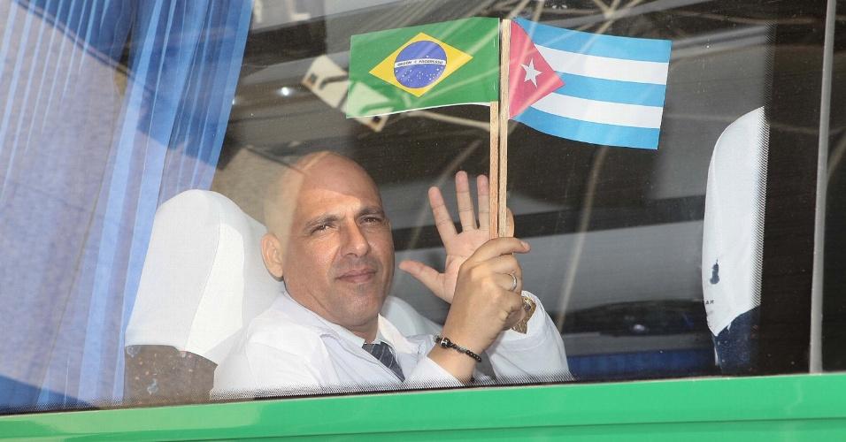 25.ago.2013 - Médico cubano na saída do Aeroporto Internacional Pinto Martins, em Fortaleza (CE). Ele participa do programa do governo federal Mais Médicos