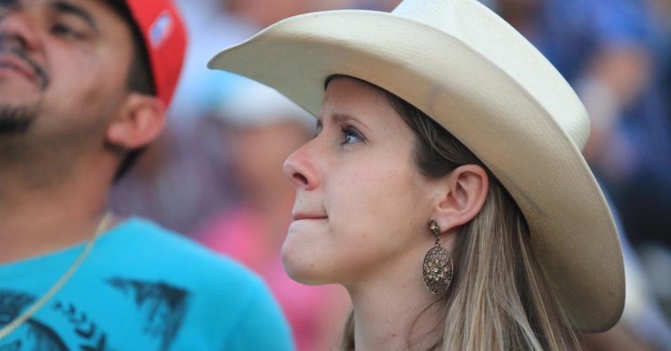 25.ago.2013 - Mulher observa rodeio em Barretos, no interior de São Paulo