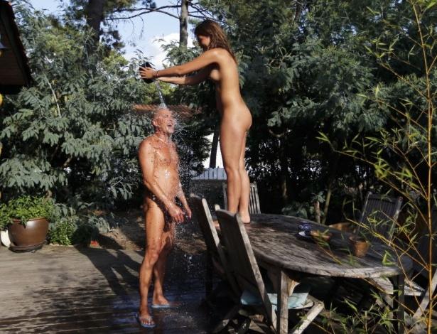 Primeiro dia de nudismo no lar comeu a mama 6
