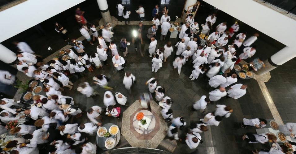 26.ago.2013 - Brasília, DF: Médicos cubanos chegam na Finatec (Fundação de Empreendimentos Científicos e Tecnológicos) para o primeiro dia de curso para trabalharem no Brasil, onde participaram da abertura do módulo de acolhimento e avaliação dos profissionais inscritos no Mais Médicos