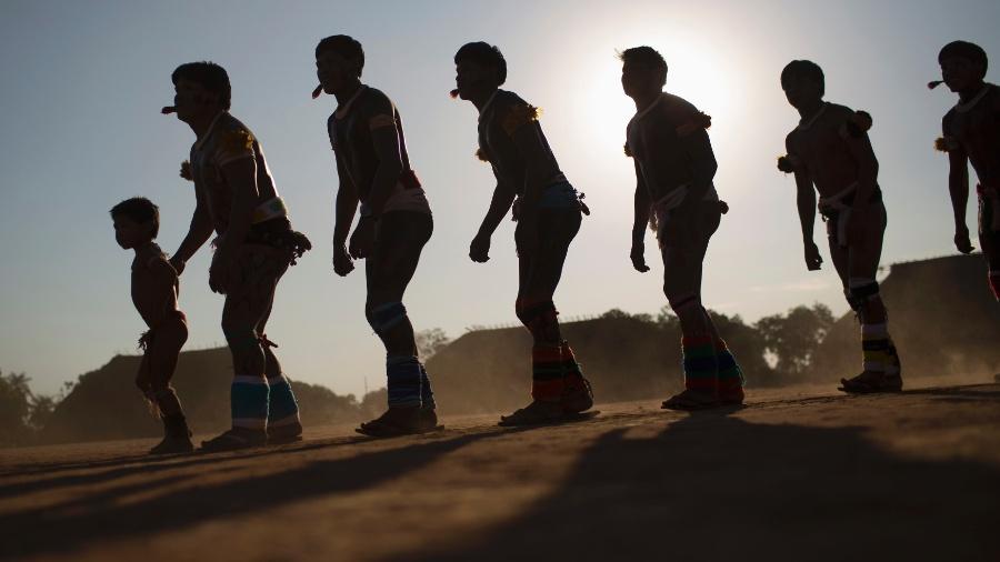 """26.ago.2013 - Índios da tribo Waurá participam de cerimônia do """"Quarup"""", um ritual de vários dias em honra a morte de pessoas importantes para a tribo, no Parque Nacional do Xingu, no Mato Grosso. Este ano o homenageado é o cacique Atamai, que teve grande contribuição na criação do parque, facilitando a comunicação entre brancos e índios. Ele morreu em 2012 - Ueslei Marcelino/Reuters"""