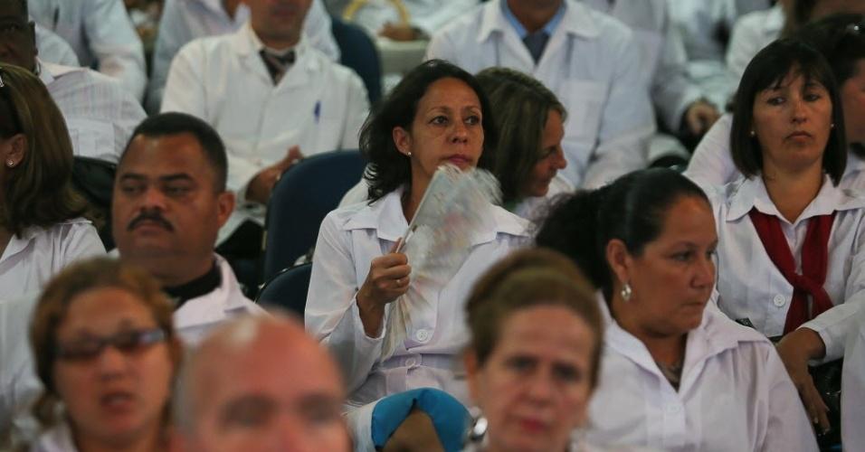 26.ago.2013 - Médicos cubanos na Finatec (Fundação de Empreendimentos Científicos e Tecnológicos) para o primeiro dia de curso para trabalharem no Brasil. Ele também participaram da abertura do módulo de acolhimento e avaliação dos profissionais inscritos no Mais Médicos