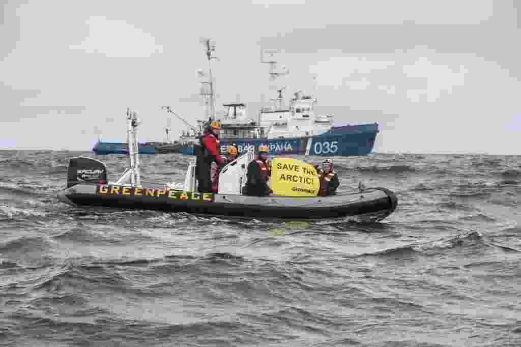 26.ago.2013 - O navio Artic Sunrise, quebra-gelo do Greenpeace, foi interceptado pela Guarda Costeira russa depois que ativistas entraram na Rota do Mar do Norte em protesto contra o projeto de exploração de petróleo perto do Parque Nacional Ártico Russo - Will Rose/Efe
