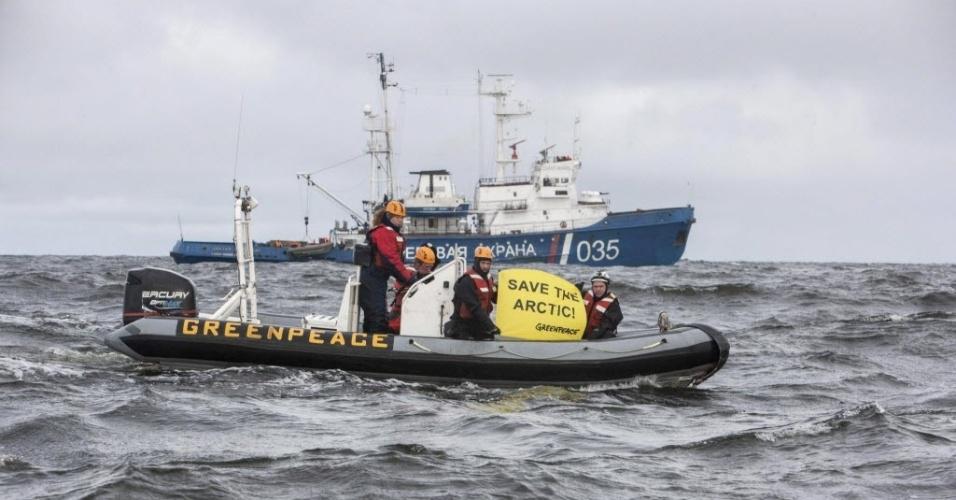 26.ago.2013 - O navio Artic Sunrise, quebra-gelo do Greenpeace, foi interceptado pela Guarda Costeira russa depois que ativistas entraram na Rota do Mar do Norte em protesto contra o projeto de exploração de petróleo perto do Parque Nacional Ártico Russo