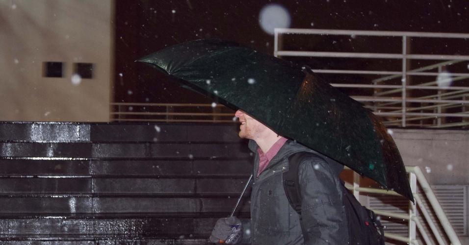 26.ago.2013 - Os moradores de Caxias do Sul, no Rio Grande do Sul, foram surpreendidos por queda de neve na cidade, na noite desta segunda-feira (26). Além do município, também foi registrado neve em Gramado, Canela, Arvorezinha, São Francisco de Paula e Farroupilha. O fenômeno deve se intensificar na manhã desta terça-feira (27)