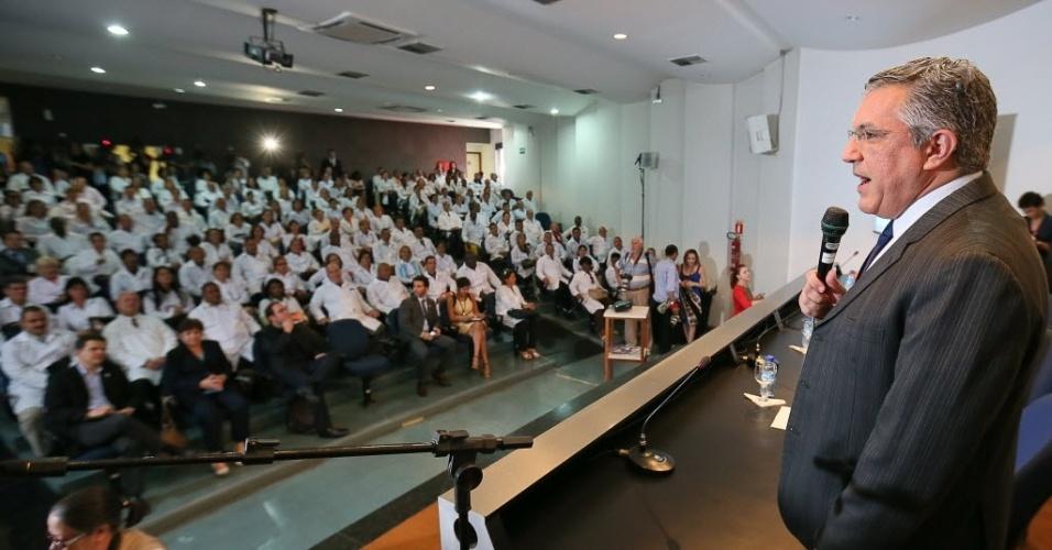 26.ago.2013- O ministro da saúde, Alexandre Padilha, fala à plateia na abertura do módulo de acolhimento e avaliação dos profissionais inscritos no Mais Médicos ao profissionais cubanos que participaram do primeiro dia de curso para trabalharem no Brasil